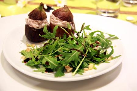 Feigen gefüllt mit Ziegenkäse auf Ruccola-Salat